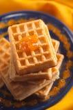 Aprikosenmarmelade auf belgischer Waffel Lizenzfreies Stockfoto