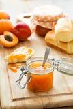 Aprikosenmarmelade in einem Glas Stockfotos