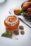 Aprikosenmarmelade mit Früchten Lizenzfreie Stockfotos