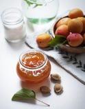 Aprikosenmarmelade mit Früchten stockbild