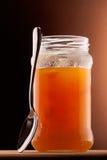 Aprikosenmarmelade und Teelöffel Stockfotografie