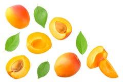 Aprikosfrukter med skivor och det gröna bladet som isoleras på vit bakgrund Top besk?dar arkivfoto
