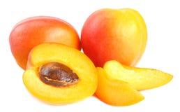 aprikosfrukter med skivor som isoleras på vit bakgrund royaltyfria bilder