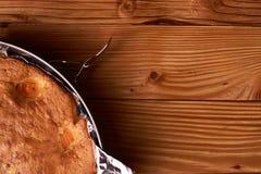 aprikospajen som bakas i folie med ingredienskanel, abricot, ägg, mjöl, mjölkar och sockrar Arkivbilder