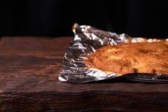 aprikospajen som bakas i folie med ingredienskanel, abricot, ägg, mjöl, mjölkar och sockrar Arkivfoton