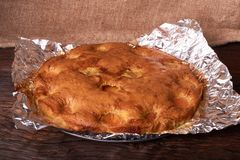 aprikospajen som bakas i folie med ingredienskanel, abricot, ägg, mjöl, mjölkar och sockrar Royaltyfri Foto