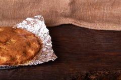 aprikospajen som bakas i folie med ingredienskanel, abricot, ägg, mjöl, mjölkar och sockrar Royaltyfri Fotografi