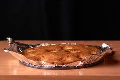aprikospajen som bakas i folie med ingredienskanel, abricot, ägg, mjöl, mjölkar och sockrar Royaltyfria Bilder