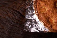 aprikospajen som bakas i folie med ingredienskanel, abricot, ägg, mjöl, mjölkar och sockrar Arkivfoto