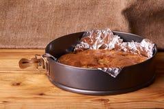 aprikospajen som bakas i folie med ingredienskanel, abricot, ägg, mjöl, mjölkar och sockrar Fotografering för Bildbyråer