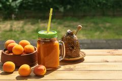 Aprikossmoothies med honung arkivfoton