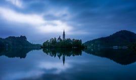 26. April 2019 ausgebluteter See Slowenien: bewölkte Landschaft des frühen Morgens von See geblutet lizenzfreie stockbilder