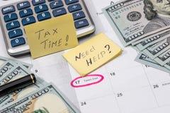 15 april, belastingsdag op kalender met rode markeerstift met dollarbankbiljet Stock Foto