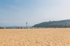15 april, 2014: bij middag op het strand in Dameisha, een groep niet geïdentificeerde mensen die spelen, is het niet bepaald Dame Stock Afbeeldingen