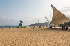 15 april, 2014: bij middag op het strand in Dameisha, een groep niet geïdentificeerde mensen die spelen, is het niet bepaald Dame Royalty-vrije Stock Foto's