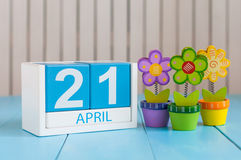 21. April Bild vom 21. April des hölzernen Farbkalenders auf weißem Hintergrund mit Blumen Frühlingstag, leerer Raum für Text Lizenzfreie Stockfotos