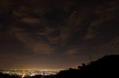 14. April 2014 (4/14/2014) - Blut-Mond-Gesamtmondfinsternis über im Stadtzentrum gelegenem Los Angeles, Kalifornien Lizenzfreie Stockfotografie