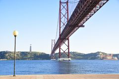 25. April Brücke über dem Tago-Fluss in Lissabon Lizenzfreie Stockfotos