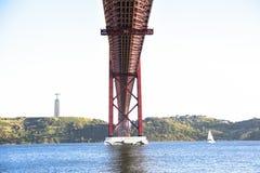 25. April Brücke über dem Tago-Fluss in Lissabon Stockbilder