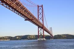 25. April Brücke über dem Tago-Fluss in Lissabon Lizenzfreies Stockbild