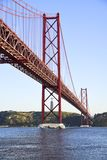 25. April Brücke über dem Tago-Fluss in Lissabon Lizenzfreie Stockbilder