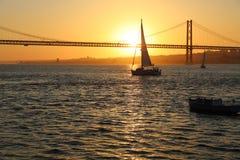 25. April Brücke in der Dämmerung in Lissabon Lizenzfreie Stockbilder