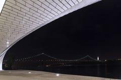 25. April Brücke nachts Stockfoto