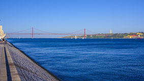 25. April Bridge über Fluss der Tajo in Brücke Lissabons alias Salazar Lizenzfreie Stockfotos
