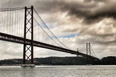25a April Bridge em Lisboa em um dia nebuloso Fotografia de Stock Royalty Free