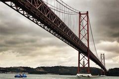 25a April Bridge em Lisboa em um dia nebuloso Imagem de Stock