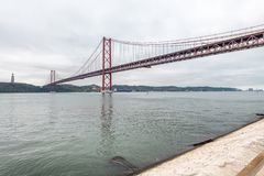 25a April Bridge em Lisboa em um dia nebuloso foto de stock royalty free