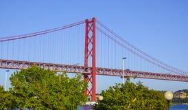 25a April Bridge famosa sobre o rio Tejo na ponte de Lisboa aka Salazar Imagens de Stock Royalty Free