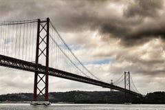 25. April Bridge in Lissabon an einem bewölkten Tag Lizenzfreie Stockfotografie