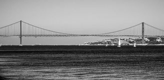25a April Bridge sobre o rio Tagus na ponte de Lisboa aka Salazar Imagens de Stock