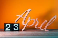 23 april Dag 23 van maand, dagelijkse houten kalender op lijst met oranje achtergrond Het concept van de de lentetijd Royalty-vrije Stock Foto's