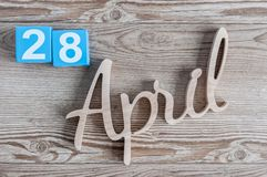 28 april Dag 28 van maand, dagelijkse kalender op houten lijstachtergrond Het thema van de de lentetijd Stock Foto's