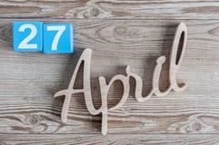 27 april Dag 27 van maand, dagelijkse kalender op houten lijstachtergrond Het thema van de de lentetijd Stock Afbeeldingen