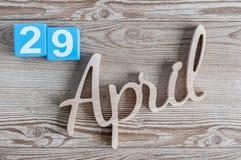 29 april Dag 29 van maand, dagelijkse kalender op houten lijstachtergrond Het thema van de de lentetijd Royalty-vrije Stock Afbeeldingen