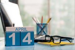 14 april Dag 14 van maand, kalender op bedrijfsbureauachtergrond, werkplaats met laptop en glazen De de lentetijd… nam bladeren,  Royalty-vrije Stock Foto's