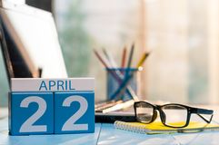 22 april Dag 22 van maand, kalender op bedrijfsbureauachtergrond, werkplaats met laptop en glazen De de lentetijd… nam bladeren,  Royalty-vrije Stock Foto