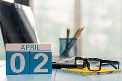 2 april Dag 2 van maand, kalender op bedrijfsbureauachtergrond, werkplaats met laptop en glazen Lege de lentetijd, Royalty-vrije Stock Foto