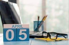 5 april Dag 5 van maand, kalender op bedrijfsbureauachtergrond, werkplaats met laptop en glazen Lege de lentetijd, Stock Foto's