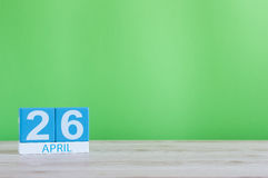 26 april Dag 26 van maand, kalender op houten lijst en groene achtergrond De lentetijd, lege ruimte voor tekst Stock Foto's