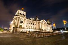 APRIL 2014: Das Reichstag-Gebäude und die Urlauberbewohner und -besucher auf dem Feld Lizenzfreies Stockbild