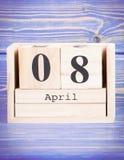 8 april Datum van 8 April op houten kubuskalender Royalty-vrije Stock Foto's