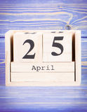 25 april Datum van 25 April op houten kubuskalender Royalty-vrije Stock Fotografie