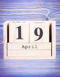 19. April Datum vom 19. April am hölzernen Würfelkalender Lizenzfreie Stockfotografie