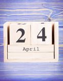 24. April Datum vom 24. April am hölzernen Würfelkalender Stockfotos