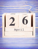 26. April Datum vom 26. April am hölzernen Würfelkalender Stockfoto