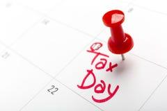 April-de belastingsdag in een kalender wordt en wordt gespeld geschreven die, sluit omhoog Stock Foto